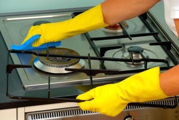 五徳(発熱体の上部に設置して加熱用容器を支えるために用いられている器具)やガス噴出口のでっぱりがあり拭きにくく、さらに油や焦げた部分など専用の洗剤を利用しないと落ちない汚れもあります。